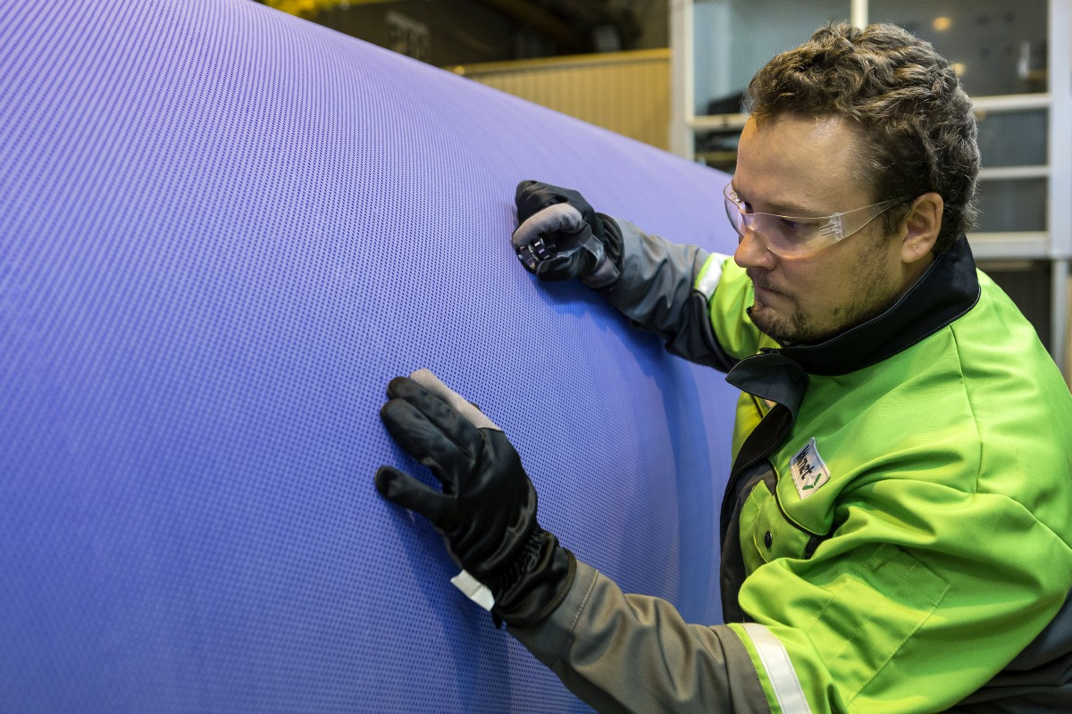 Final inspection of a polyurethane roll cover in Jyväskylä