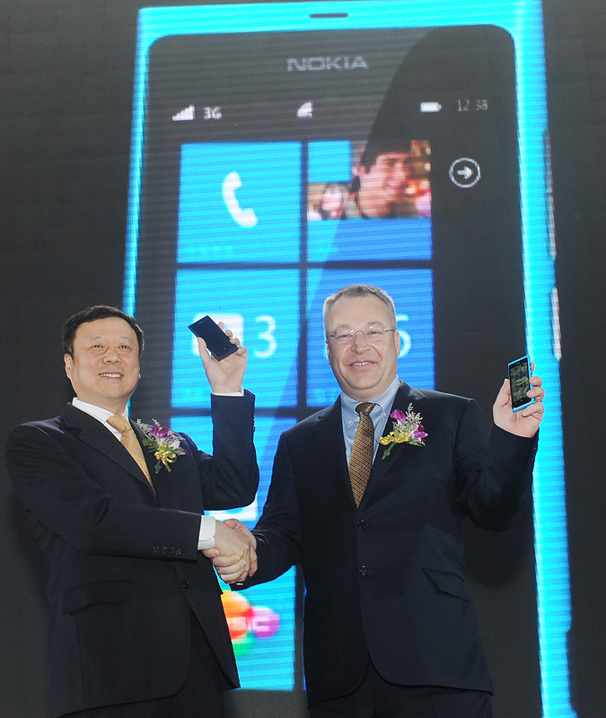 Wang Xiaochu (China telecom) and Stephen Elop (Nokia) on stage with nokia 800C